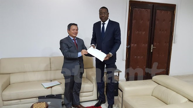 Vietnamese Ambassador to Algeria and Senegal Pham Quoc Tru (L) and Senegalese Minister for Foreign Affairs and Senegalese Abroad Mankeur Ndiaye (Photo: VNA)