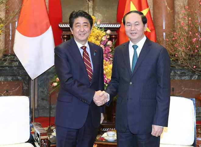 President Tran Dai Quang (R) meets Japanese Prime Minister Shinzo Abe in Hanoi on January 16 (Photo: VNA)
