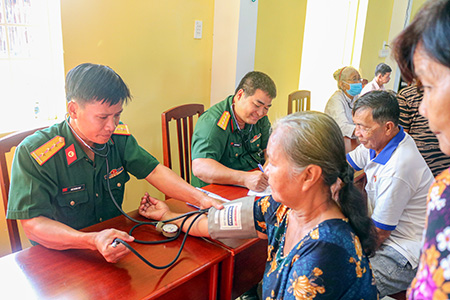 Gần 500 gia đình chính sách, người nghèo được cấp phát thuốc miễn phí